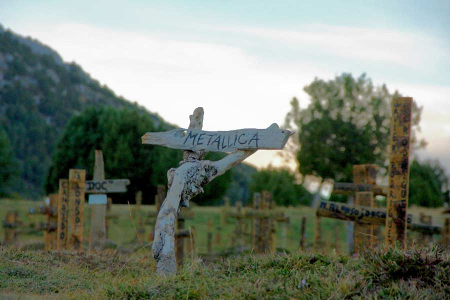 Metallica ya tiene una lápida en el icónico cementerio
