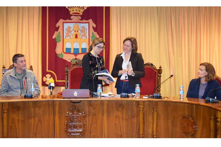 Intercambio de recuerdos entre la Alcaldesa y los profesores