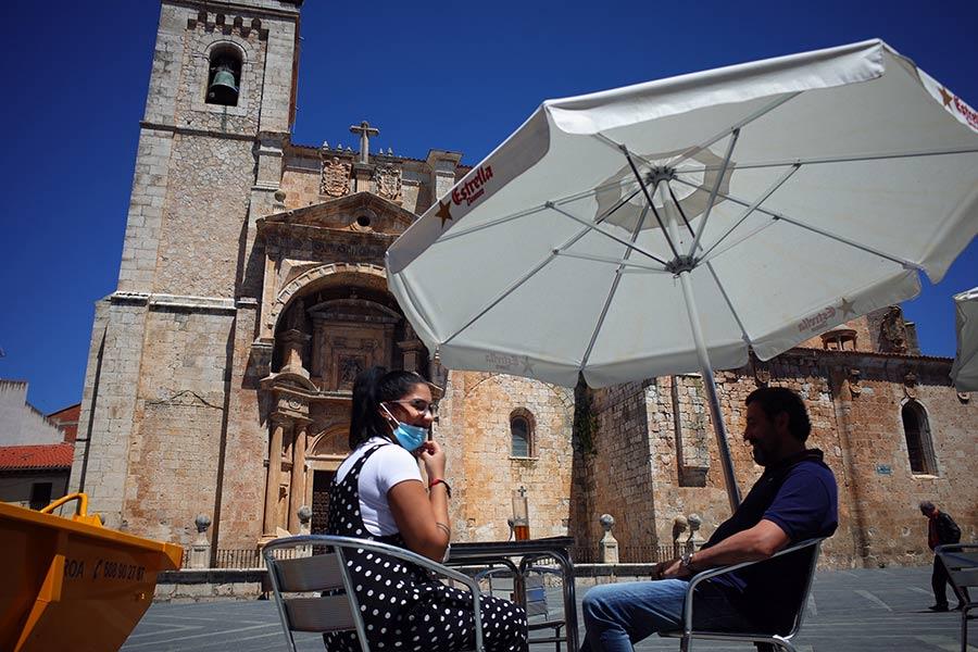 Terraza en cafetería La Ribera de la plaza Mayor de Roa