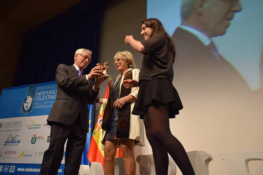La maestra Teresa Arija recoge su premio Pupitre. / DR.