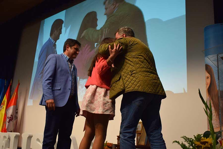 La familia de Ismael Arroyo recogiendo el premio Pupitre.