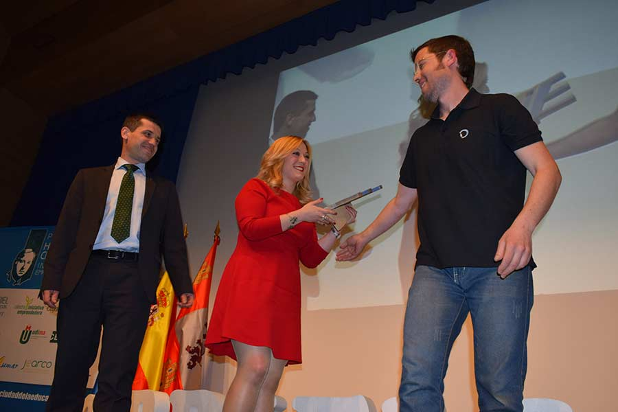 Ángela Rivas recoge su primer premio. / DR.
